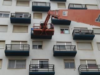 Pintura de prédio - Serviço a condomínio Casas clássicas por Atádega Sociedade de Construções, Lda Clássico
