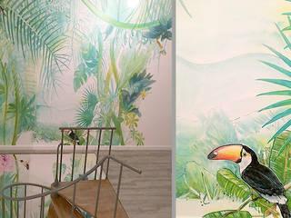 Pasillos, vestíbulos y escaleras de estilo tropical de Pracownia Projektowa Hanna Kłyk Tropical