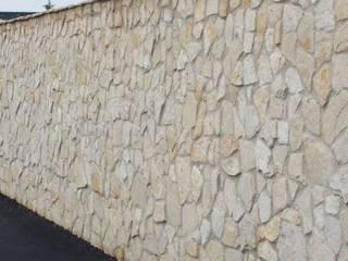 Paredes y suelos de estilo rústico de Cava di Trani Rústico