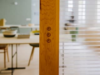 DETALLE PUERTA CORREDERA: Oficinas y Tiendas de estilo  de nimú equipo de diseño