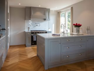 Küche im Shaker Style BAUR WohnFaszination GmbH Klassische Küchen Holz Grau