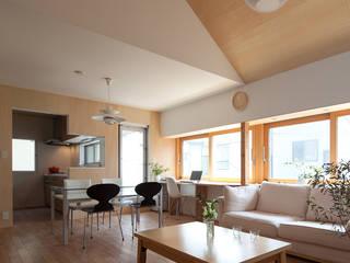 Modern living room by 水石浩太建築設計室/ MIZUISHI Architect Atelier Modern