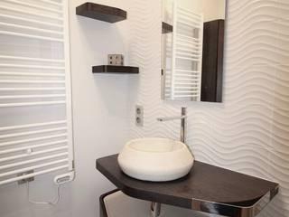 Une salle de bain optimisée : Salle de bains de style  par ATDECO