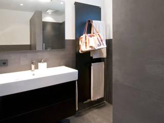 Für Meeresliebhaber: Bodengleiche Walk-In-Dusche mit integriertem Aquarium - Hans Schramm GmbH & Co. KG. Moderne Badezimmer von HEIMWOHL GmbH Modern