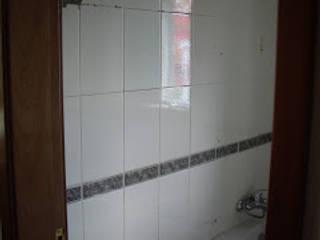 Remodelação de casa de banho com aproveitamento de loiças - Aroeira (Almada) Casas de banho minimalistas por Atádega Sociedade de Construções, Lda Minimalista