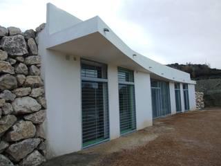 Centro de Interpretación de las Ruinas de Tútugi - Galera (Granada): Salas multimedia de estilo  de Daniel J. Saldaña Arquitecto