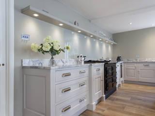 Pentlow Grand - Bespoke kitchen project in Suffolk Baker & Baker Dapur Klasik Parket White