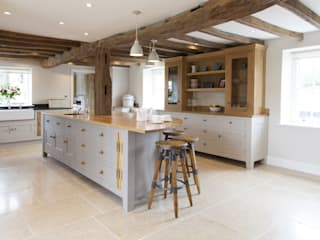 Old English - Bespoke kitchen project in Cambridgeshire من Baker & Baker ريفي
