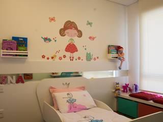 Dormitório Menina -  Residência Cond. Clarity Light Living: Quarto infantil  por Tania Bertolucci  de Souza  |  Arquitetos Associados
