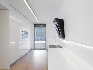 Moradia Unifamiliar na Parede. Parede 11.: Escritórios e Espaços de trabalho  por Humberto Conde R. Arquitectura Lda