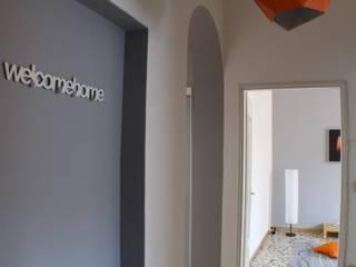 Welcome home!:  in stile  di FEELatHOME di Elena Confortini architetto