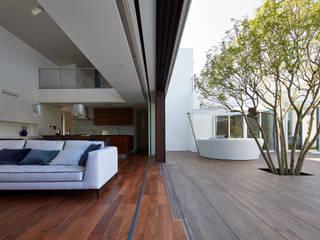 披露山_海の家: Mアーキテクツ|高級邸宅 豪邸 注文住宅 別荘建築 LUXURY HOUSES | M-architectsが手掛けたリビングです。