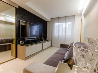 Um apartamento contemporâneo : Salas multimídia modernas por Caroline Lima Arquitetura