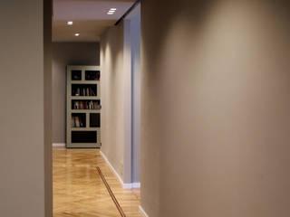 Via Magenta Onice Architetti Ingresso, Corridoio & Scale in stile moderno Legno Grigio