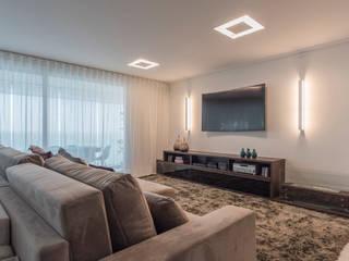 Classic style media room by Sandra Pompermayer Arquitetura e Interiores Classic