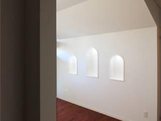 Salas multimedia de estilo ecléctico de 真島瞬一級建築士事務所 Ecléctico