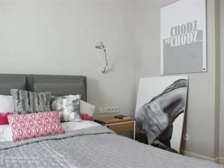 Minimalistyczne mieszkanie na Urysnowie Minimalistyczna sypialnia od Pracownia Projektowa Pe2 Minimalistyczny