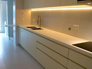 Projeto de Reabilitação_ Moradia Restelo, Lisboa: Cozinhas  por mube arquitectura