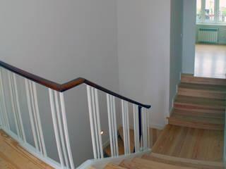 Modern corridor, hallway & stairs by mube arquitectura Modern