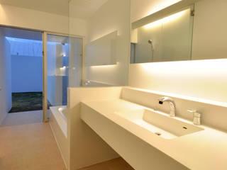 門一級建築士事務所 Modern bathroom Tiles White