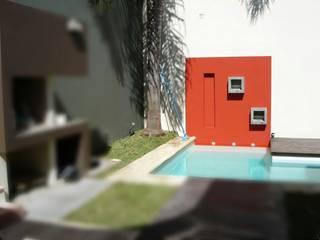 Piscina en micro-centro: Piletas de estilo minimalista por VHA Arquitectura