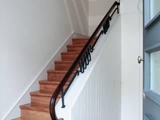 Modern corridor, hallway & stairs by Sónia Cruz - Arquitectura Modern