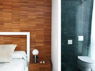 Apartamento Sitges - Barcelona 2013: Dormitorios de estilo  de DELATORRE-HAUSMANN INTERIORISTAS