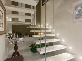 Коридор, прихожая и лестница в модерн стиле от Maria Julia Faria Arquitetura e Interior Design Модерн