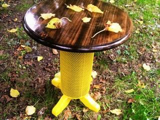 Coşkun Ahşap Dekorasyon – sarı sac gövde,vernikli sehpa:  tarz