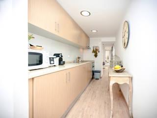 Um apartamento com um toque descontraído de campo em plena cidade.: Cozinhas campestres por alma portuguesa