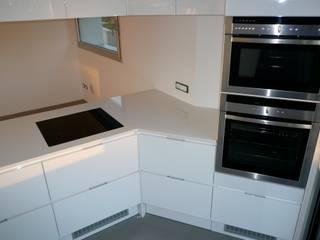 cucina bianco lucido su misura: Cucina in stile  di Frigerio Paolo & C.