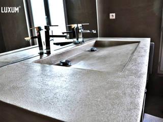 Umywalki z betonu na wymiar Industrialna łazienka od Luxum Industrialny