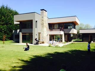 : Casas de estilo mediterráneo por jorge ubilla arquitectura