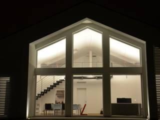 Casas modernas: Ideas, imágenes y decoración de Ni.va. Srl Moderno