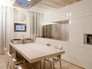 Nhà bếp phong cách hiện đại bởi Ni.va. Srl Hiện đại