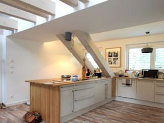 Wohnhaus PH - Umbau einer Dachgeschosswohnung:  Küche von Architekturbüro Schumann