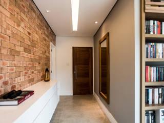 Modern corridor, hallway & stairs by L2 Arquitetura Modern Bricks