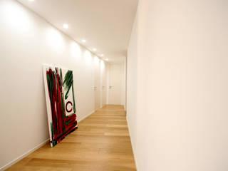 Couloir, entrée, escaliers minimalistes par Ad'A Minimaliste