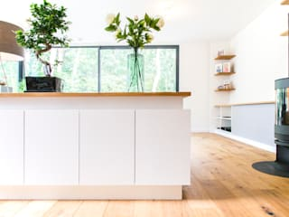 Interieur ontwerp en uitwerking nieuwe woning: moderne Woonkamer door Woon Architecten