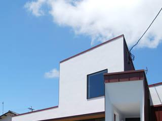赤いガルバリウムの家: BDA.T / ボーダレスドローが手掛けた家です。