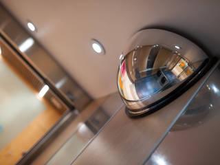 Exemple de rénovation d'une cabine d'ascenseur en maison de retraite: Couloir et hall d'entrée de style  par Entreprise SORECA