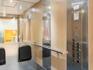 Exemple de rénovation d'une cabine d'ascenseur en maison de retraite Couloir, entrée, escaliers modernes par Entreprise SORECA Moderne