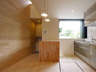 立体的につながる京町家: 株式会社Fit建築設計事務所が手掛けたダイニングです。