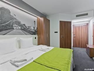 POKÓJ HOTELOWY 2-OSOBOWY W HOTELU TERMINAL WE WROCŁAWIU.: styl , w kategorii Hotele zaprojektowany przez STUDIO KOLOROVA