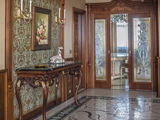 經典風格的走廊,走廊和樓梯 根據 Архитектурная мастерская Бориса Коломейченко 古典風