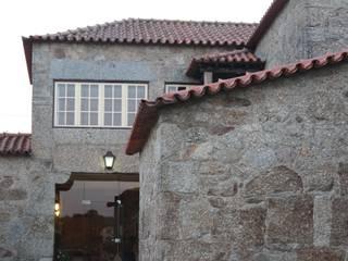 Casa em Famalicão | Reabilitação Urbana: Casas  por Valdemar Coutinho Arquitectos,Rústico