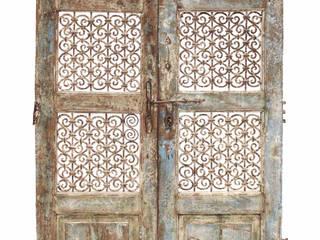 Puerta antigua con celosía: Puertas de madera de estilo  de Conely