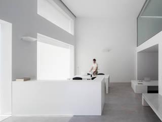 HALL - DOBLE ALTURA: Estudios y despachos de estilo  de Balzar Arquitectos