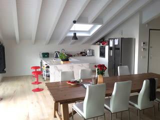 Villa classica in legno - cucina: Cucina attrezzata in stile  di Marlegno