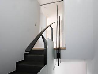 Hành lang, sảnh & cầu thang phong cách hiện đại bởi Dima snc di Maiocchi Dario e c. Hiện đại